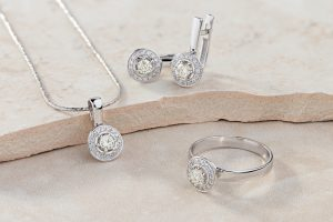 Elegant,Jewelry,Set,Of,White,Gold,Ring,,Necklace,And,Earrings